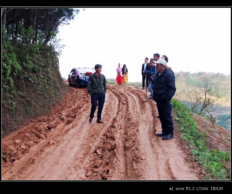 泥巴路,轿车前行困难